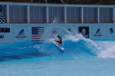 Hiroto Ohhara faz uma batida e libera as barbatanas em preparação para a estreia do surfe nos Jogos Olímpicos (PRNewsfoto/American Wave Machines, Inc.)