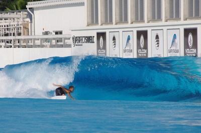 Shun Murakami fazendo um bottom turning para sua próxima manobra em preparação para a estreia do surfe nos Jogos Olímpicos. (PRNewsfoto/American Wave Machines, Inc.)