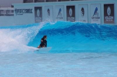 Amuro Tsuzuki fazendo um backside com um descolamento à esquerda em preparação para a estreia do surfe nos Jogos Olímpicos. (PRNewsfoto/American Wave Machines, Inc.)
