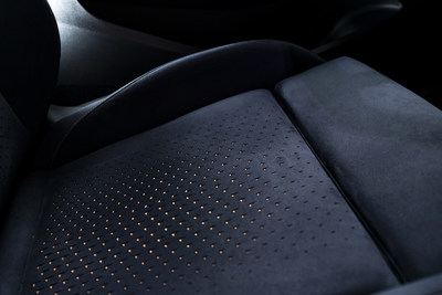 hus, 3D effects have been created on the blue seats, with micro-perforations that reveal the copper colour beneath the surface.