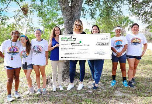Bug Bite Thing CEO Kelley Higney presents Girl Scouts of Southeast Florida a ceremonial check of $10,000 to Girl Scouts of Southeast Florida Senior Director of Development Rebecca Schaffer, CEO Lisa Johnson, and Girl Scouts.