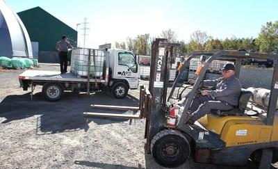 Le chargement des matières premières continue d'aller bon train à l'usine Agro-100 de Joliette. (Groupe CNW/Agro-100)