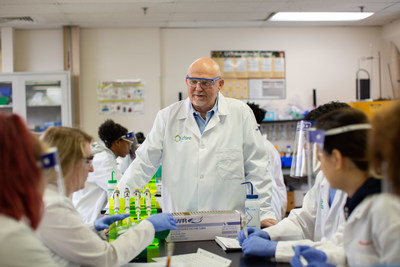 Executive Director, Barry Logan, converses with FMI students in the lab.
