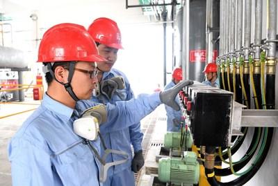 Sinopec construit la plus importante base de production de désinfectants au monde à Qianjiang, en Chine. (PRNewsfoto/Sinopec)