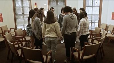 Angie: Lost Girls, image du film montrant des filles en rétablissement qui prient à l'église. (PRNewsfoto/Artists For Change, Inc.)
