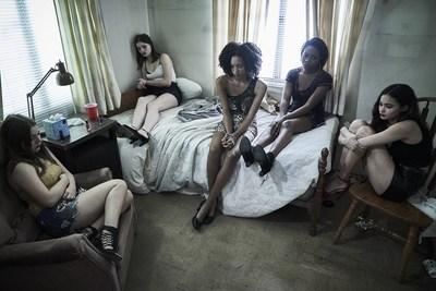 Angie: Lost Girls, capture d'écran de filles se trouvant dans une pièce.