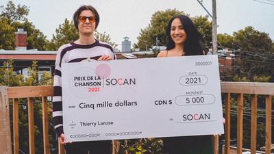 Thierry Larose, récipiendaire du Prix de la chanson SOCAN 2021 et Sara Dendane, responsable A&R pour la SOCAN. (Groupe CNW/SOCAN)