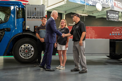 Mack Trucks today hosted President Joe Biden at its Lehigh Valley Operations (LVO) facility in Macungie, Pennsylvania, where all Mack heavy-duty models for North America and export are assembled. Left to Right, Jacob Evans, business team leader, Heather Bouchard, flex line production technician and Shawn Smith, final line production technician, with President Joe Biden by the Mack LR Electric refuse vehicle.