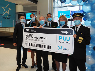 Air Transat crew at Montreal airport today (CNW Group/Transat A.T. Inc.)