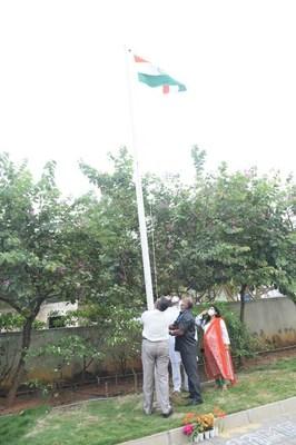 Chief guests -Mrs.Khushboo Singh and Mr.Krish Chandrashekar Naik hoisting the flag at Manipal Hospitals Whitefield (PRNewsfoto/Manipal Hospitals)