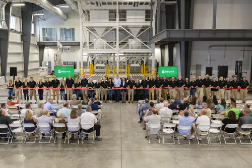 The Beck family and members of Beck's leadership are joined by Indiana Governor Eric Holcomb, First Lady Janet Holcomb, and Secretary of Commerce Brad Chambers for the ribbon-cutting of Beck's new east soybean tower.