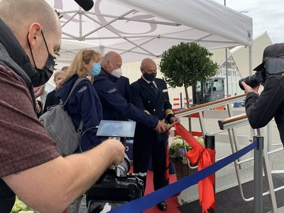 Oceania Cruises welcomed guests across the Marina's gangway for the first time in 524 days. The first guests cut a ribbon upon embarkation at the port of Copenhagen (August 2021)