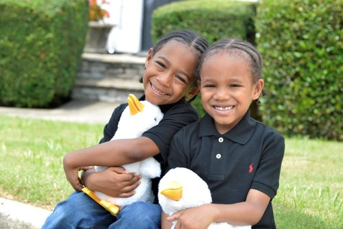 Saxton (l) with twin brother Sawyer (r), a sickle cell disease patient at the Aflac Cancer and Blood Disorders Center in Atlanta, hold My Special Aflac Duck, which Aflac will begin distributing to children with sickle cell disease in early 2022.
