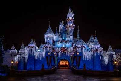 """La magia está presente en las fiestas de Disneyland Resort. Y este año la alegría y las festividades tendrán lugar del 12 de noviembre de 2021 al 9 de enero de 2022. Los visitantes podrán disfrutar de una experiencia festiva típica de Disney gracias a tradiciones entrañables como el Castillo de Invierno de La Bella Durmiente, el desfile """"A Christmas Fantasy"""" y la nevada mágica en Main Street, U.S.A., en Disneyland Park. En Disney California Adventure Park, los visitantes podrán disfrutar de una celebración inolvidable en la que las fiestas cobran vida gracias a Disney Festival of Holidays, la celebración """"Disney ¡Viva Navidad!"""" y la decoración festiva a todo motor en la Ruta 66 de Cars Land."""