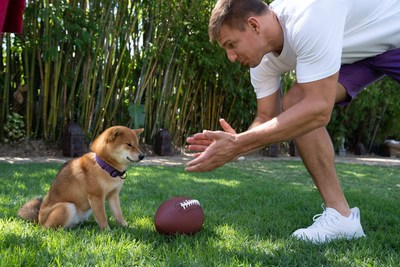 Gronk with Shiba Inu and Football (CNW Group/Voyager Digital (Canada) Ltd.)