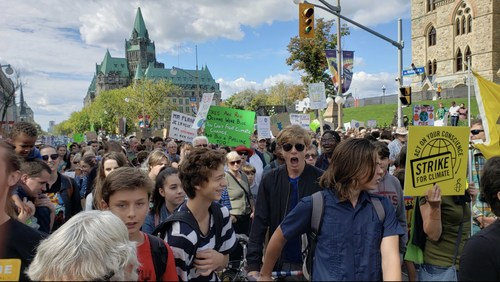 Youth raging at Ottawa Climate March - September 27, 2019 (CNW Group/Larry Pegg Music)