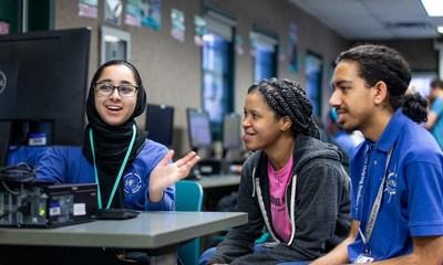 Durante el año escolar 2019-20, los estudiantes de TEALS en Henry Ford Academy en Dearborn, MI participaron en entornos de aprendizaje colaborativo impartidos por instructores y voluntarios como Brandy Foster.