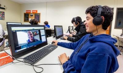 Los estudiantes aprenden con voluntarios remotos como Magnum Dampier en Smithville, Texas.