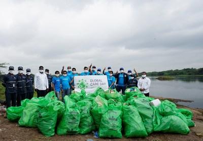 Como parte do 22º Global Care Day da LyondellBasell, voluntários em Pune, na Índia, limparam resíduos plásticos com o grupo Swachh Pune-Swachh Bharat ao redor do rio Mula-Mutha. O lixo plástico se acumulou perto do rio após a monção em julho. (PRNewsfoto/LyondellBasell Industries)