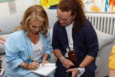 Laura firmando los libros