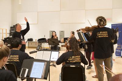 Le directeur artistique du Festival, Denis Brott C M., en pleine répétition avec nos 15 jeunes virtuoses. (Groupe CNW/Festival de musique de chambre de Montréal - Les Jeunes Virtuoses de Montréal)
