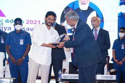 Brandix India Apparel City receiving the 'Export Champion Award 2020-2021' from Shri Y.S. Jagan Mohan Reddy, Honourable Chief Minister of Andhra Pradesh