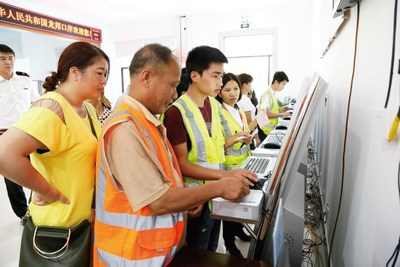 Border villagers of Jingxi enter import and export cargo information into the customs declaration system.