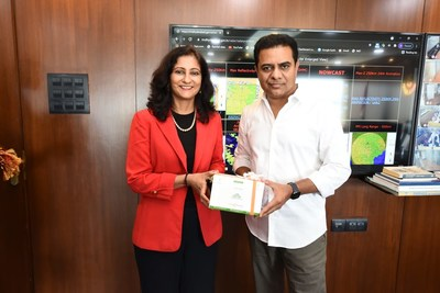 Anu Acharya, Founder and CEO of Mapmygenome (left) and K.T. Rama Rao, Minister for Municipal Administration & Urban Development, Industries & Commerce, and Information Technology of Telangana (right). (PRNewsfoto/Zymo Research Corp.)