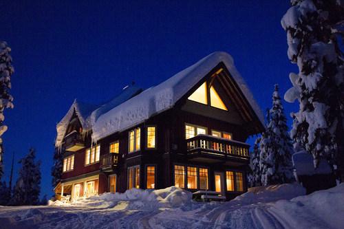 熟练工小屋-野外滑雪和滑雪板目的地在卡拉汉荒野外的惠斯勒,BC。