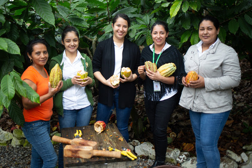 Rosa Maribel Cortes, Julibee Portillo, Alejandra Lemus, Julissa Medina and Sandra Buezo all work at the Xol chocolate factory in Honduras. Xol chocolate is a brand of the Fairtrade-certified COAGRICSAL cooperative, and the new factory in Honduras was built utilizing a Fairtrade Premium. The factory, the largest of its kind in the region, was built in response to the droughts and diseases caused by climate change. Photo : Fairtrade