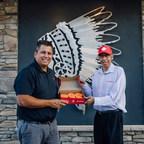 加拿大人购买了100多万个橙子甜甜圈后,蒂姆·霍顿斯筹集了160多万美元,支持寄宿学校的幸存者