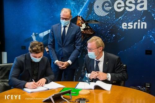 Left to right - Rafal Modrzewski ICEYE CEO, Josef Aschbacher, ESA Director General, and Toni Tolker-Nielsen, Acting ESA Director for Earth Observation. Copyright: Valentina Stefanelli.