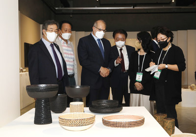 'Pillippe Leport' French ambassador to Korea and 'HAN Beum-Deuk' Cheongju Mayor are touring the exhibition of the Invited Country Exhibition 'Objet-Tableau; Matières de France'. (French ambassador to Korea is third from the left.)