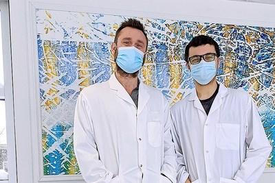 Le professeur Julien van Grevenynghe de l'INRS, spécialiste en immunologie et virologie, et le doctorant Hamza Loucif (Groupe CNW/Institut National de la recherche scientifique (INRS))