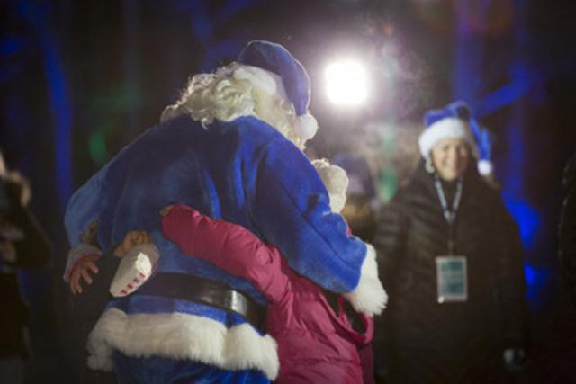 Le père Noël bleu de WestJet lors de la soirée « Flocon de neige ». (Groupe CNW/WestJet)