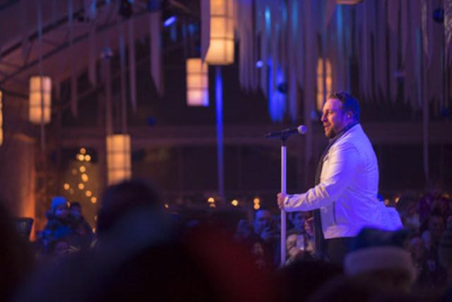 Johnny Reid, vedette canadienne de la chanson, en prestation lors de la soirée « Flocon de neige » de WestJet. (Groupe CNW/WestJet)
