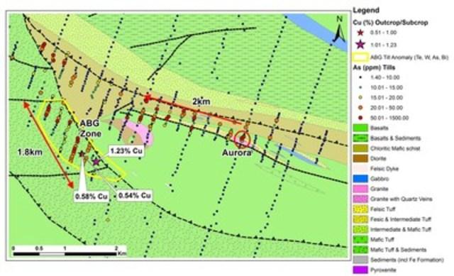 Figure 5 : Anomalie en arsenic dans les tills associée aux zones Aurora Ouest et ABG. Des patrons similaires dans les tills ont aussi été observés pour d'autres éléments indicateurs (Sb, Te, W, Bi) reconnus comme étant associés à la minéralisation à haute teneur en or et en cuivre à Qiqavik (la direction de déplacement des glaces est du sud vers le nord). (Groupe CNW/RNC Minerals)