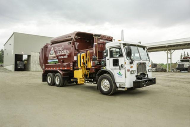 Les camions de Sani-Estrie alimentés au gaz naturel comprimé (GNC) permettent de réduire jusqu'à 25 % leurs émissions de gaz à effet de serre (Groupe CNW/Gaz Métro)