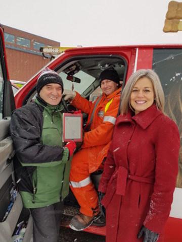 De gauche à droite: Larry Johnson, directeur des opérations sur le terrain, est accompagné par Darcy Billings, technicienne en câblage de Rogers, et Lisa Pooley, directrice du soutien technique résidentiel à Moncton, lors du lancement de Rogers EnRoute au Nouveau-Brunswick. (Groupe CNW/Rogers Communications Canada Inc. - Français)