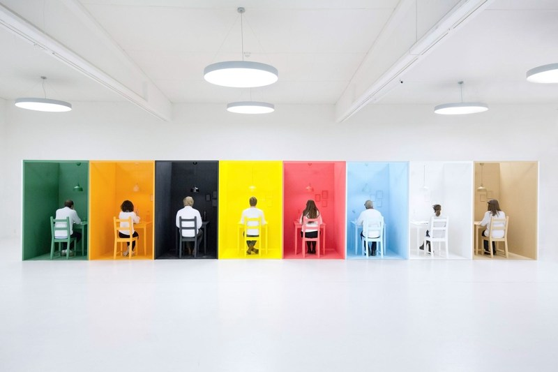 To measure how color really affects a diner's emotions, Tork created an experiment placing 16 people in 8 different cubicles, each with its own monochrome color scheme (PRNewsFoto/SCA)