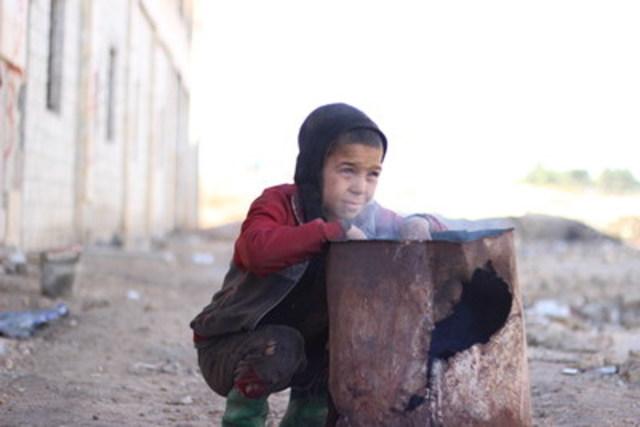 Le jeune Ahmed, âgé de 10 ans, vit avec plus de 6 000 autres personnes déplacées dans un ancien entrepôt transformé en abri. Ses deux parents étant morts et sans personne pour prendre soin de lui et de ses quatre frères et sœurs, Ahmed a fui Alep-Est avec ses voisins jusqu'à cet abri. © UNICEF, République arabe syrienne/2016/Al-Issa (Groupe CNW/UNICEF Canada)