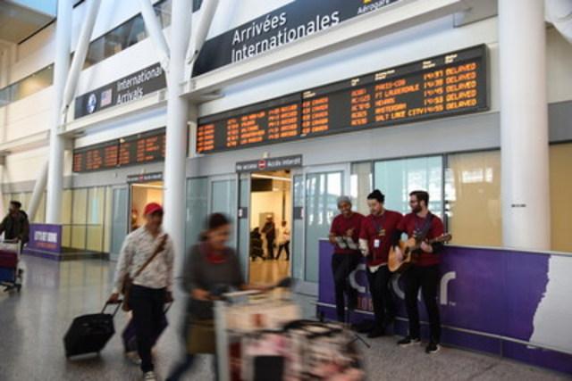 La troupe de chanteurs de Toronto Pearson entonne des chants de Noël dans la zone des arrivées pour ceux qui visitent la région métropolitaine de Toronto durant les Fêtes. (Groupe CNW/Toronto Pearson)