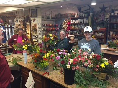 At a recent Wounded Warrior Project(R) (WWP) outreach event in Ottawa, Kansas, a group of injured veterans and their guests put their creative skills to the test by crafting floral holiday centerpieces.