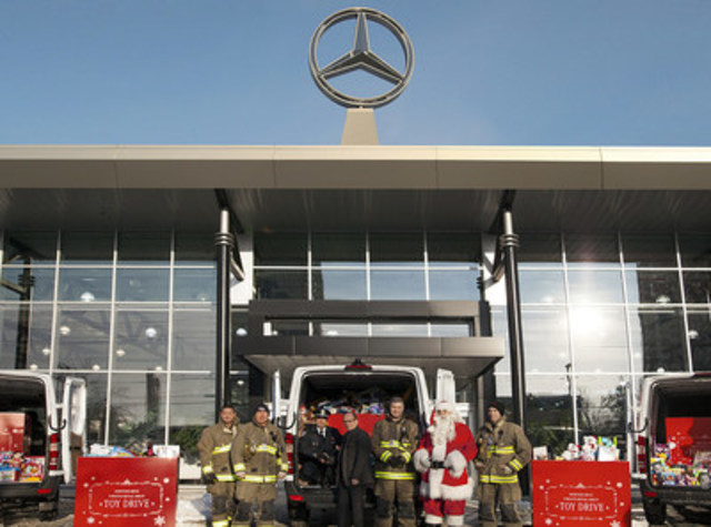 Philipp v. Witzendorff (centre), Vice-President and Head of Toronto Retail Operations, and Rick Berenz (third from left), President, Toronto Fire Fighters Toy Drive, join local firefighters and a very jolly Santa Claus in collecting toys from Mercedes-Benz Thornhill. (CNW Group/Mercedes-Benz Canada Inc.)