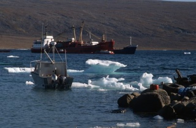 © Peter Ewins / WWF-Canada Supply ships in the Inuit community of Clyde River (also known as Kangiqtugaapik), Baffin Island, Nunavut, Canada. (CNW Group/WWF-Canada)