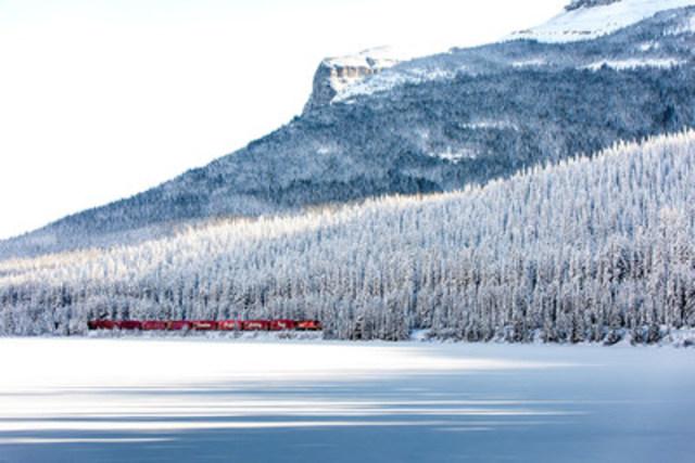 Le Train des Fêtes du CP traverse la Division Continentale qui sépare l'Alberta de la Colombie Britannique. Cette photo a été prise à Lac Wapta, à l'ouest du Lac Louise, Alberta. Photographe : Neil Zeller (Groupe CNW/Canadian Pacific Holiday Train)