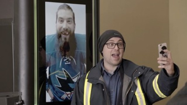 Le joueur de la LNH® Brent Burns a surpris les amateurs alors qu'ils utilisaient la distributrice Pepsi(MC) Spire, une machine accessible en exclusivité dans les restaurants Subway(MD). (Groupe CNW/PepsiCo Canada)