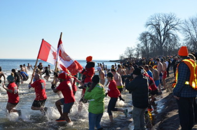 """More than 800 dippers celebrated the first day of """"Canada 150"""" at the Courage Polar Bear Dip for World Vision in Oakville, ON on January 1, 2017. Image available at: https://www.dropbox.com/sh/x8w3rp53wfecapm/AACTPh3sF1O2tzoPMqzgULbsa?dl=0 (CNW Group/World Vision Canada)"""
