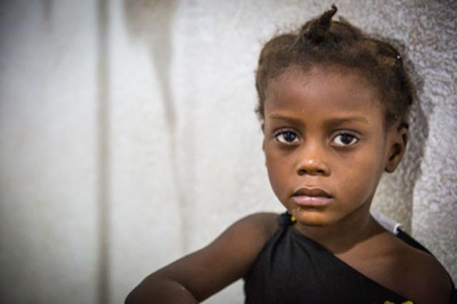 Babylove Coelis reçoit des traitements contre le choléra dans un centre de soins à Cap-Haïtien. ©UNICEF/UN041178/Bradley (Groupe CNW/UNICEF Canada)