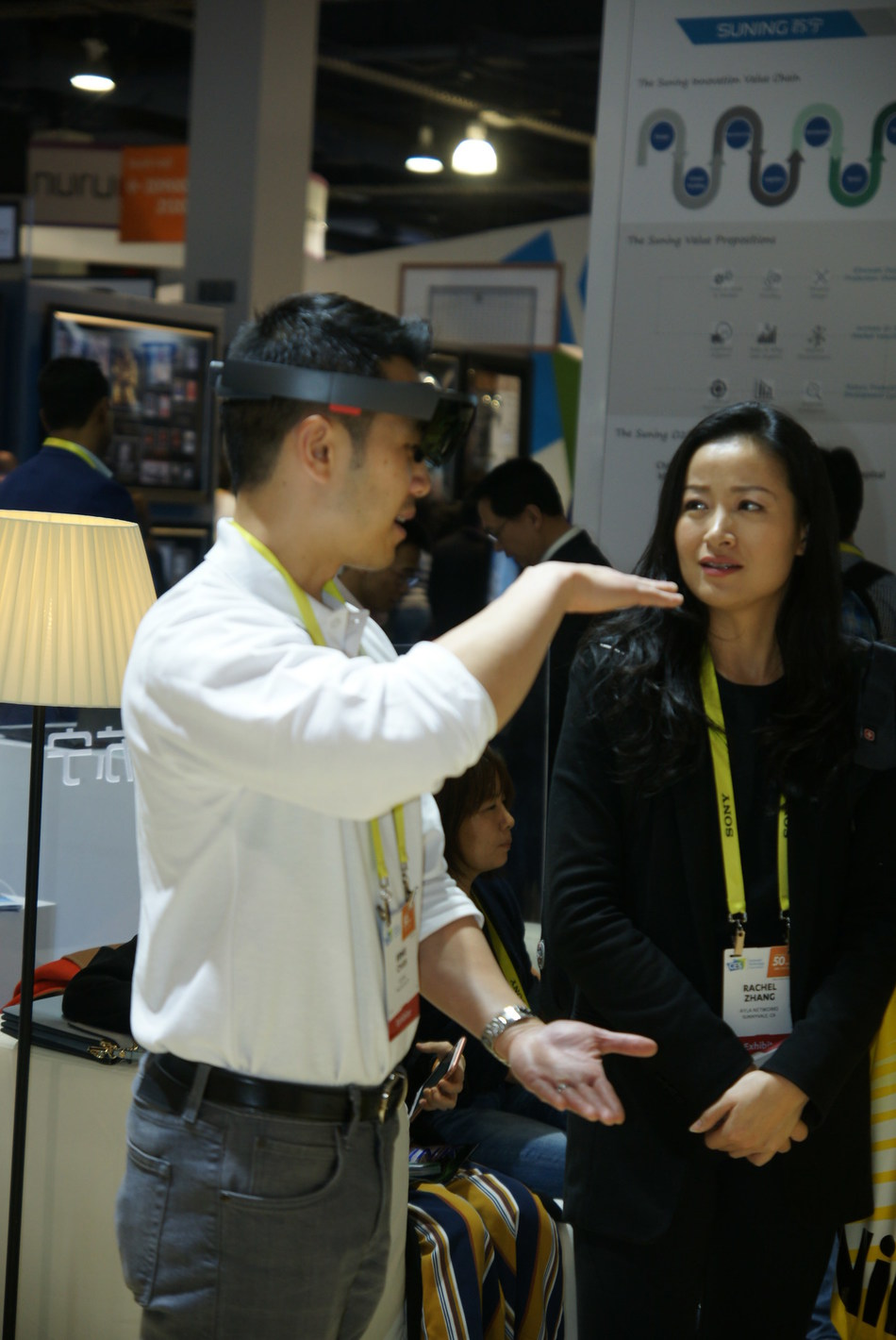 Suning Silicon Valley R&D Center researcher is introducing AR shopping to visitors